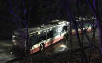 Uszkodzony autobus już postawiony na kołach.