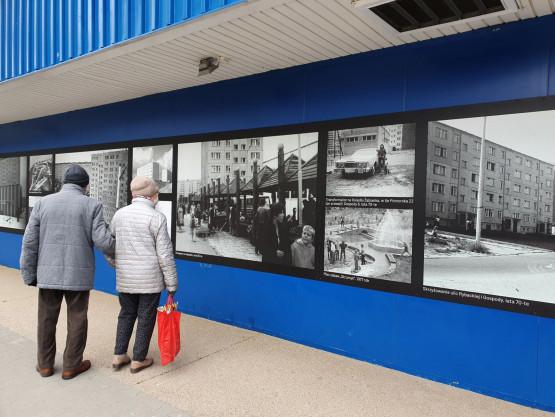 Stare zdjęcia Żabianki pojawiły się na elewacji sklepu Grosz