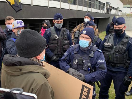 Policja probuje legitymować uczestników protestu