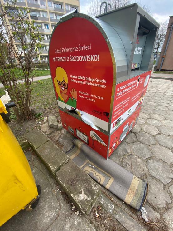 Zniszczony pojemnik na elektrośmieci