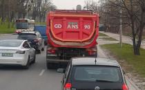 Piach z ciężarówki sypie się na auta
