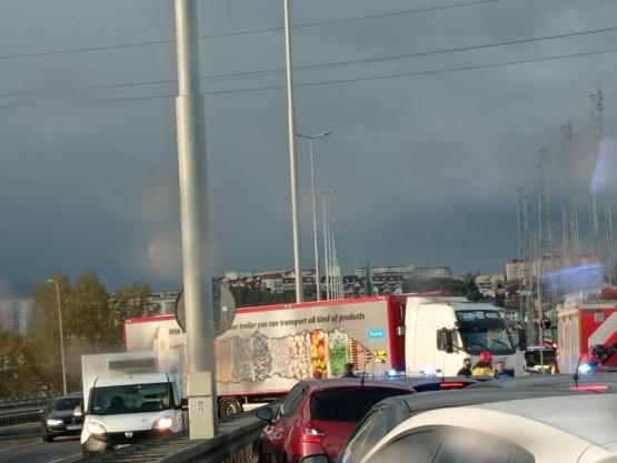 Wypadek TIR-a na estakadzie w Gdyni