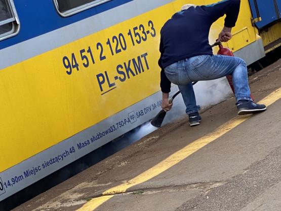 Mężczyzna gasi palący się pociąg SKM