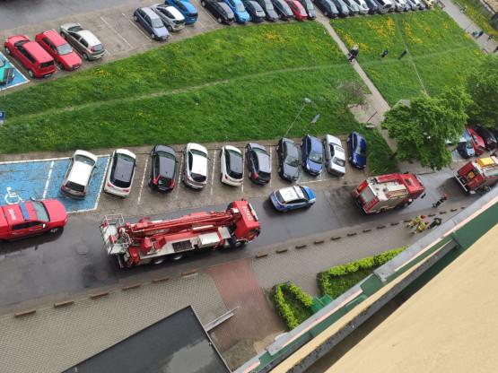 Straż pożarna i policja pod falowcem