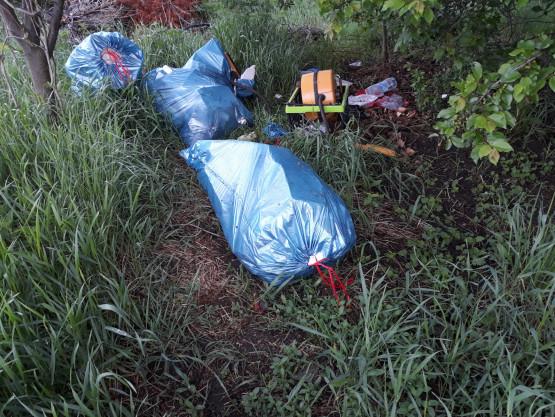 Śmieci porzucone przy Hebanowskiego na Oruni