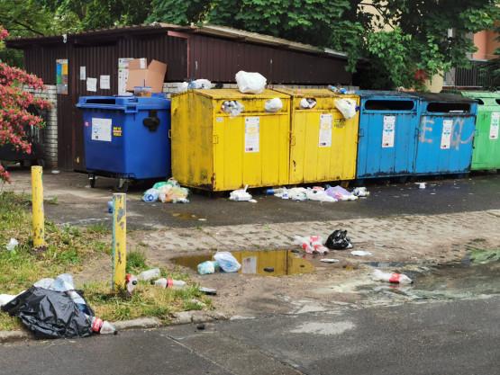 Pełne śmietniki na Raciborskiego