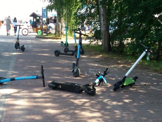 Ścieżka rowerowa  przy molo w Brzeźnie zatarasowana