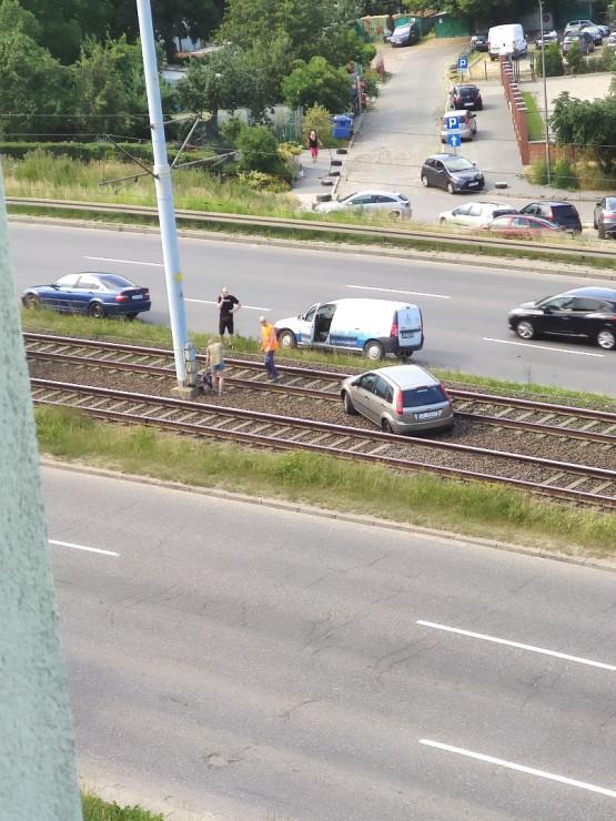 Auto na torowisku na al. AK, zablokowane tramwaje