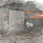 Uszkodzona rura betonową płytą