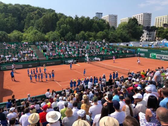 Młodzi tenisiści trenują z mistrzami tenisa