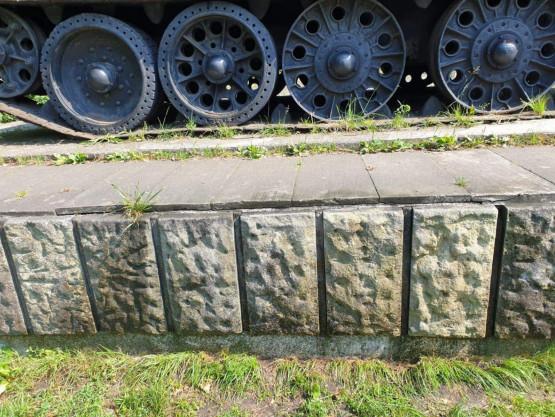 Postument pomnika-czołgu we Wrzeszczu już wyczyszczony