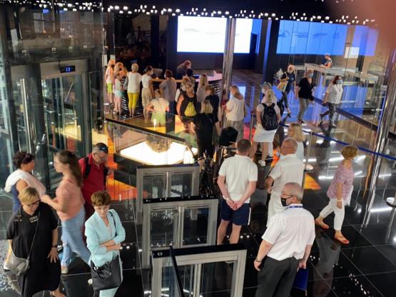 Dużo ludzi w Muzeum Bursztynu