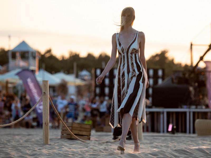 Drugie życie leciwych tkanin - pokaz mody Tomasza Ossolińskiego na plaży w Brzeźnie