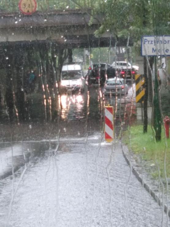 Zalana przezjazd po torami na ul. Piastowskiej