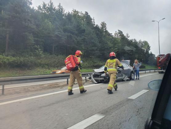 Auto uderzyło w barierki na obwodnicy