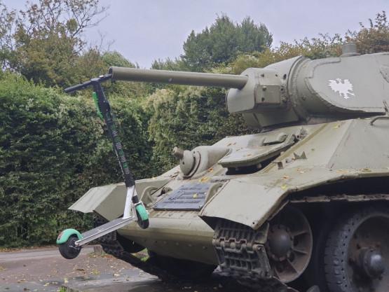 Hulajnoga 'zaparkowana' w lufie czołgu