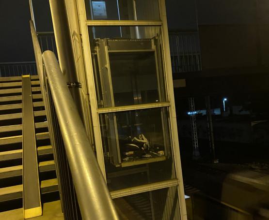 Bezdomny śpi w windzie na SKM Orłowo