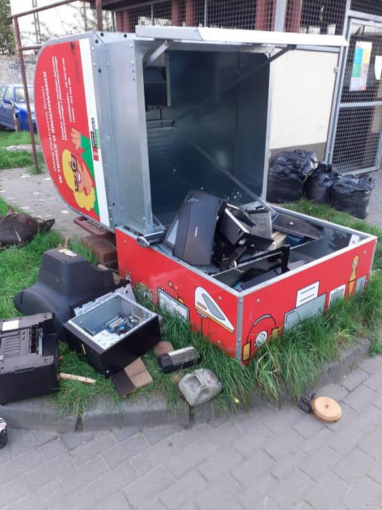 Uszkodzony kontener na elektrośmieci na Stogach