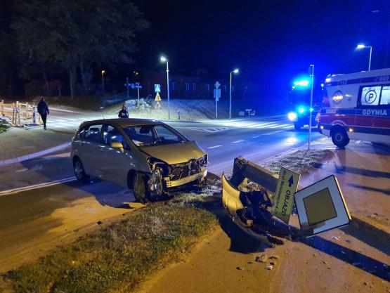 Auto uderzyło w słup na Unruga w Gdyni