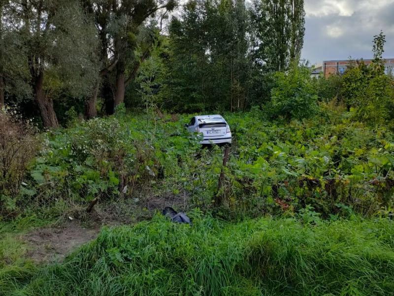 Samochód porzucony w krzakach przy Niepołomickiej