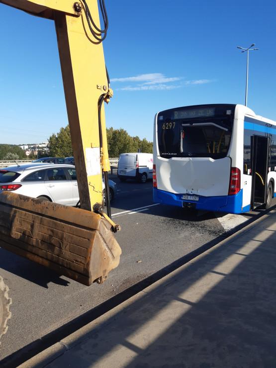 Koparka uderzyła w autobus na Estakadzie Kwiatkowskiego