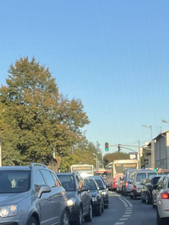 Dwa autobusy blokują skrzyżowanie