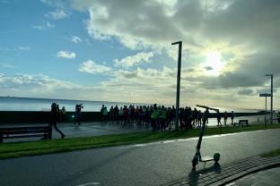 Biegacze na bulwarze w Gdyni
