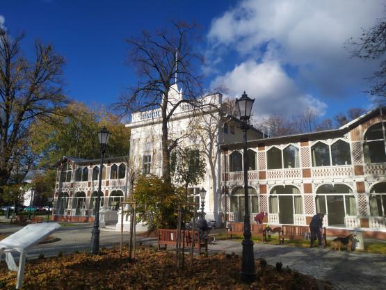 Dom zdrojowy w Brzeźnie jesienią