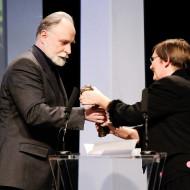 Stefan Chwin odbierający nagrodę z rąk Ewy Graczyk