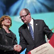 Elżbieta Sikora odbiera nagrodę z rąk Prezydenta Miasta Gdańska Pawła Adamowicza