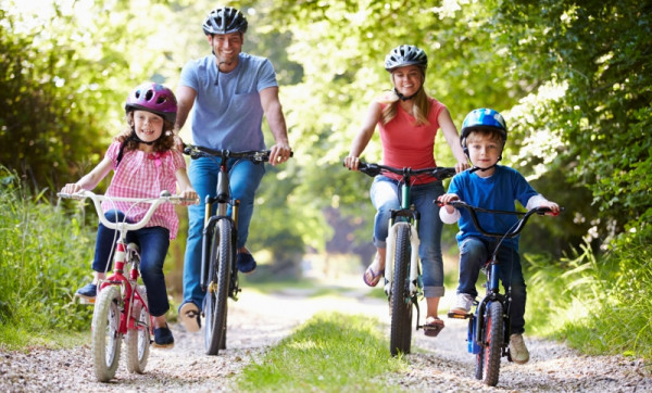 Zabierz rodzinę na rekreacyjny wypad rowerowy wraz z piknikiem nad jeziorem