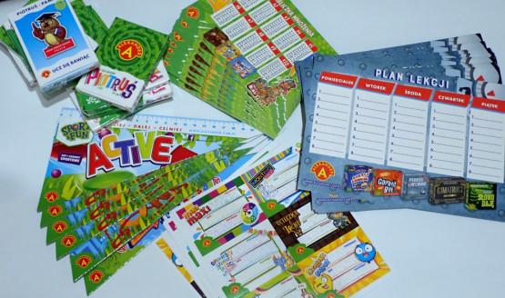 Szkolne przybory na lekcje i przerwy dla dzieci, które wezmą udział w wędrówce, ufundowała firma Alexander Toys.
