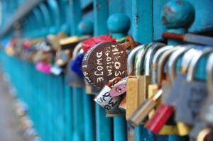Pęk kłódek na Moście Miłości we Wrocławiu