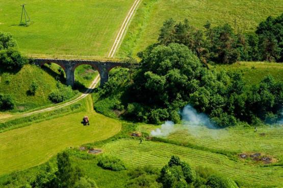 Park Krajobrazowy Wzgórz Dylewskich to malowniczo pofałdowany obszar lasów, pól, łąk, jezior oraz wielu ciekawych zabytków architektury, które poznamy z wysokości siodełka rowerowego.
