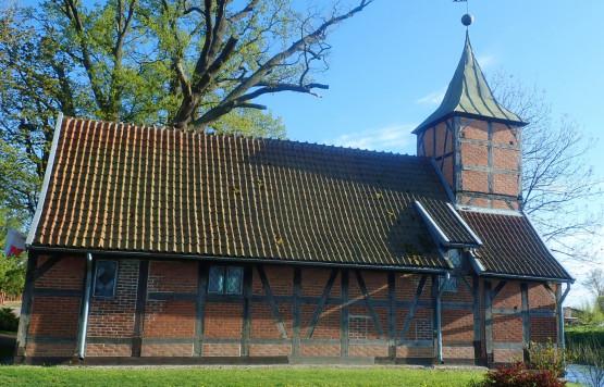 Spływ rozpoczynamy z ciekawej, żuławskiej wsi - Wróblewo. Nieopodal przystani w tafli wody odbija się maleńki szachulcowy kościółek z XVI w.