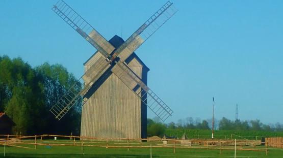 """Po drodze mijać będziemy także pięknie odrestaurowany wiatrak i zagrodę edukacyjną """"U Młynarza"""""""