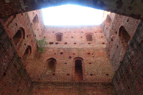 Na Żuławach zachowało się do dzisiaj ponad trzydzieści ceglanych kościołów gotyckich, będących prawdziwymi perłami żuławskiego budownictwa sakralnego. Na powyższym zdjęciu przedstawiamy ruiny kościoła w Steblewie.
