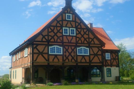 Na Żuławach Gdańskich nadal zobaczyć można wiele ciekawych domów podcieniowych. Niektóre są w ruinie, inne pięknie odrestaurowane. Na powyższym zdjęciu znajduje się jednak całkiem nowy dom podcieniowy wybudowany przez pasjonata ze wsi Osice.