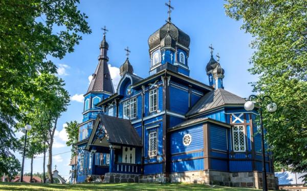 Zobaczymy także przecudne kościółki, kolorowe cerkwie i meczety, odnajdziemy skrywające się w lesie cmentarze ewangelickie, jak i kirkuty, wszak obok naszych rodaków, na obszarach tych nadal zamieszkują Białorusini, Żydzi, katolicy i prawosławni.