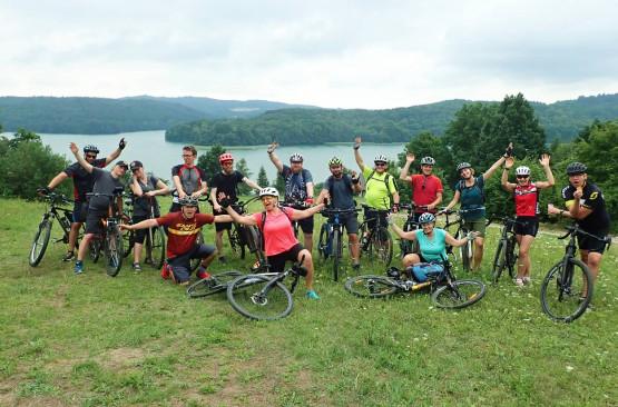 W takim wesołym gronie pokonaliśmy ostatnio malownicze Szwajcarię Kaszubską. Jesteśmy aktywni przez cały rok kalendarzowy: jeździmy na rowerach, wędrujemy, pływamy na kajakach, jeździmy na nartach. Dołącz do nas !