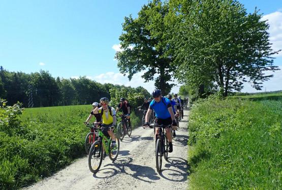 Przemierzając wśród lasów, pól i łąk przeważać będą drogi gruntowe oraz boczne drogi asfaltowe o znikomym ruchu drogowym. W pasie nadmorskim towarzyszyć nam będzie międzynarodowy szlak rowerowy EuroVelo 10.