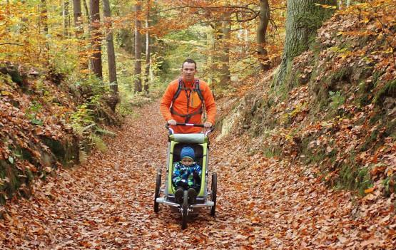 Trasy naszych rodzinnych wędrówek są na tyle krótkie, aby poradziły sobie z nimi dzieci powyżej 6 roku życia oraz osoby starsze. Mniejsze dzieci można zabrać w nosidełku lub wózku terenowym / joggerze (których kółka nie zapadają się w piachu lub błocie).