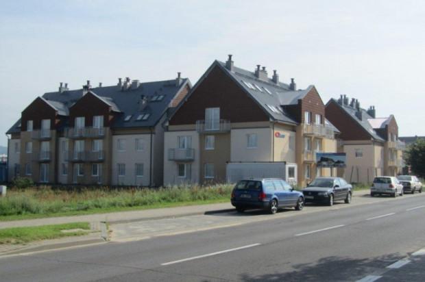Pod dwuspadowymi dachami budynków kryją się użytkowe poddasza.