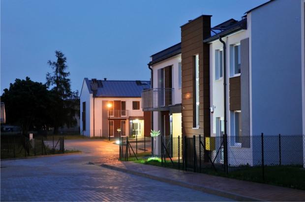 Do wszystkich mieszkań przynależą balkony lub ogródki rekreacyjne.