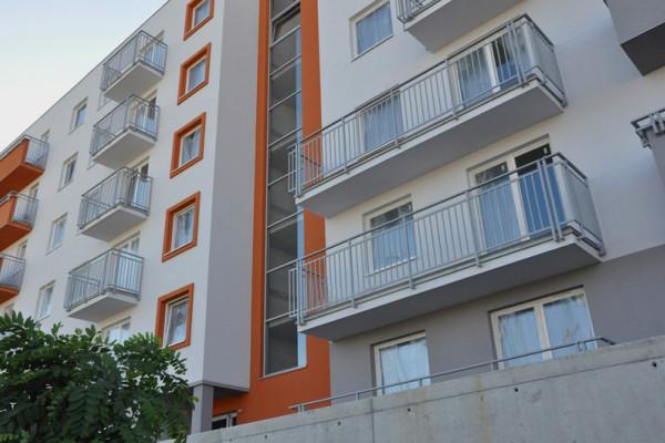 Każde mieszkanie ma balkon.