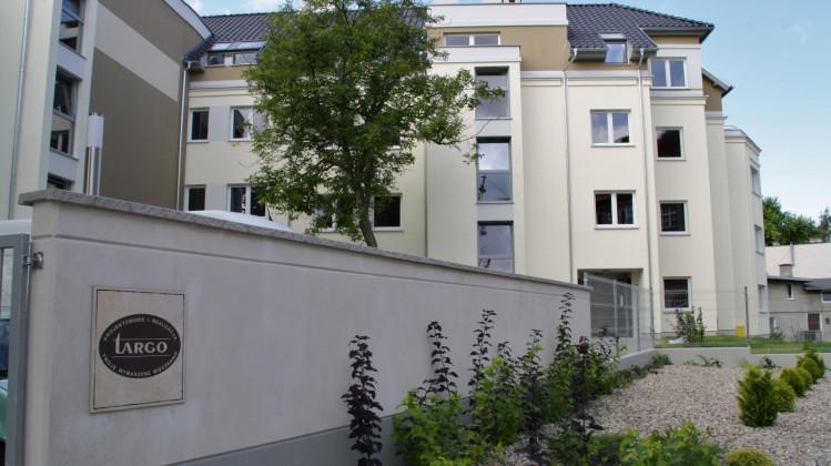 Budynek jest ogrodzony i zagospodarowany.