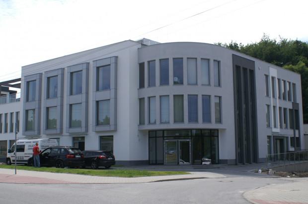 Niewielki budynek swoim kształtem doskonale wpisuje się w miejsce, gdzie stanął.
