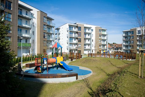 Centralnym punktem wewnętrznego dziedzińca, wokół którego skupione są budynki, jest plac zabaw dla dzieci i strefa rekreacji.