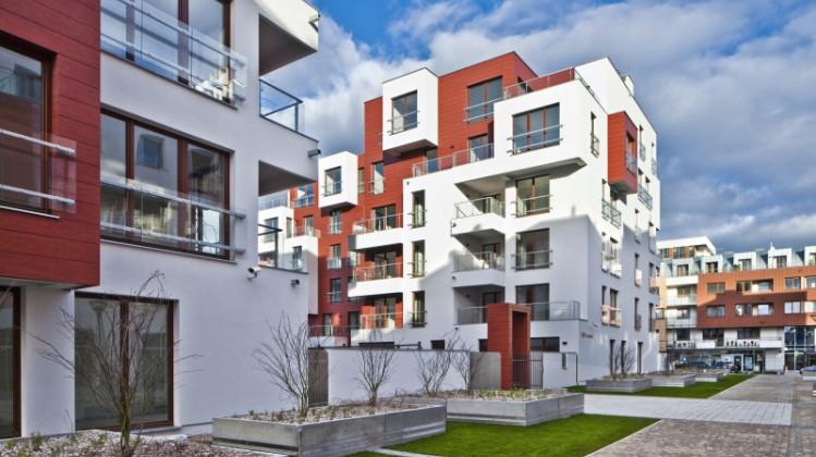 Budynki wyróżnia prosta, podkreślona naturalnymi elementami architektura.