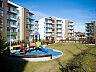 Centralnym punktem wewnętrznego dziedzińca wokół którego skupione są budynki jest plac zabaw dla dzieci i strefa rekreacji.